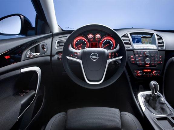 Opel Insignia имеет удобное водительское сидение и панель приборов